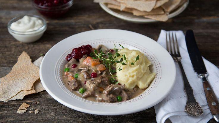 Server en varmende viltgryte med kokte poteter eller hjemmelaget potetstappe - og rørte tyttebær. Skikkelig vintermat.
