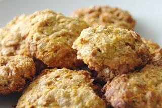 1 hrnek celozrnné pšeničné mouky, 1 hrnek vločkové směsi (ovesné, špaldové, žitné a ječné), 2 malé lžičky bezfosfátového prášku do pečiva, 5 PL javorového sirupu, 3 PL medu, 1 hrnek nastrouhané mrkve, 1/3 hrnku plátkových mandlí, 1/3 hrnku strouhaného kokosu, 50 g másla, špetka soli, 1/3 lžičky sušeného zázvoru.