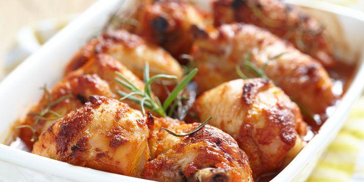 КУРИНЫЕ БЁДРЫШКИ С ОСТРЫМ ПЕРЦЕМ И МЁДОМ: 8 куриных бедрышек без костей и кожи,  2 ст. л. чесночного порошка,  2 ч. л. хлопьев чили,  1 ч. л. молотой зиры,  1 ч. л. молотой сладкой паприки,  6 ст. л. меда,  2 ч. л. яблочного уксуса,  соль,  масло для смазывания