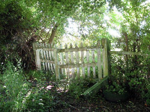 broken gates are the best gatesGardens Fence, Rustic Gardens, Secret Gardens, Romany Soup, Gardens Envy, Picket Fence, Garden Gates, Gardens Gates, Country