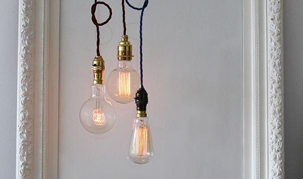Dimentica le fredde lampadine al neon e lasciati avvolgere da una luce magica, capace di decorare una stanza come una scultura. Basta un semplice filamento a tungsteno intrappolato in una gabbia di vetro per regalare un'atmosfera unica a ogni ambiente. Ogni lampadina ha un disegno diverso e può essere abbinata a semplici cavi in tessuto, per un look minimale, o a un paralumi smaltati per un tocco di industrial design.