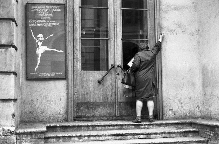 Вход в Хореографическое училище имени Вагановой. Улица Росси. Ленинград. 26.06.1982.