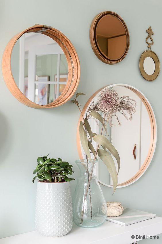 composición de espejos circulares sobre la pared: