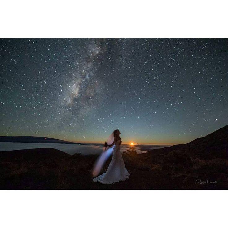 """憧れは、王道リゾート地ハワイでのウェディングフォト…。そんな貴女へ、ハワイで撮影するなら必ず抑えておきたい""""星空ウェディング""""をご紹介します。"""