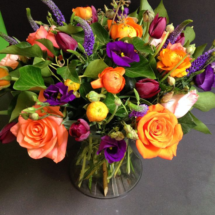 Boeket oranje ranonkel, rozen, paarse eutoma, paarse veronica