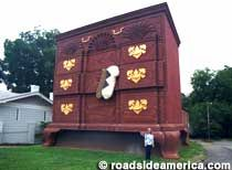 World's Largest Chest of Drawers    High Point, North Carolina    This furniture capital landmark isn't actually the largest bureau in town..