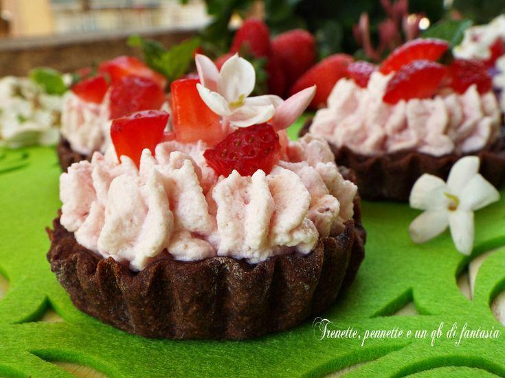 Tartellette al cacao con mousse di fragole, in questa stagione le fragole sono le protagoniste, infatti appare sulle nostre tavole al naturale o trasformata