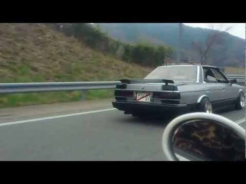 """MX30 Cressida and a GX71 Toyota Chaser playing """"Jingle Bells"""" with his exhaust on the highway"""
