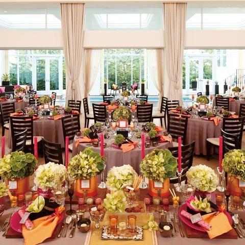 結婚式場写真「大きな窓から隣接するテラスの緑が望め、自然光たっぷり差し込む心地よい明るい会場。カーテンを開け放つと同時に、プール付ウッドデッキから開放的な景色&自然光とともにサプライズ入場も素敵な演出!」 【みんなのウェディング】