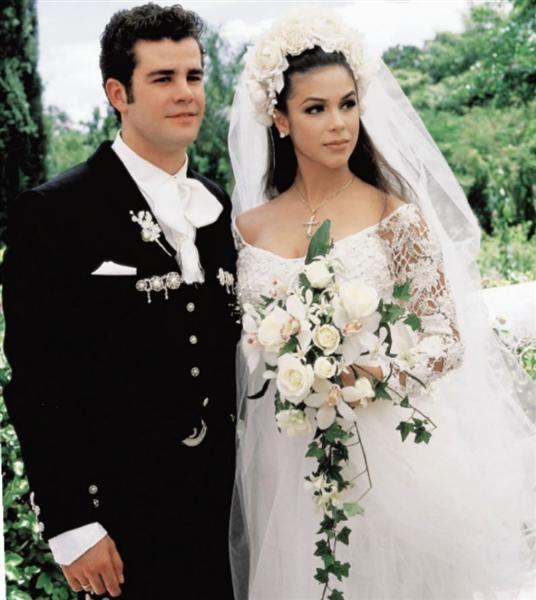 """En 1994, después de trabajar juntos en Timbiriche y en la telenovela """"Baila conmigo"""" Eduardo Capetillo y Bibi Gaytán se casaron en una ceremonia que fue televisada en todo el país."""