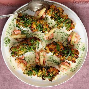 Att baka torskrygg med ett täcke av gruyère, citron och rivet bröd ger fisken en frasig konsistensbrytning. Servera den dragonbakade torsken med en krämig sås på vit burksparris och räkor. Vitlök, persilja och dragon förhöjer smakupplevelsen ytterligare.