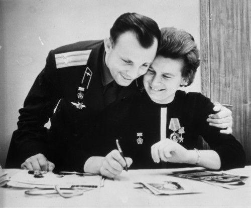 Yuri Gagarin,der erste Mann im All und Valentin Tereschkova, die erste Frau im All.