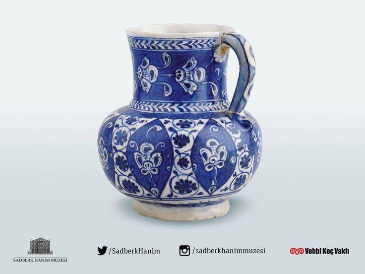 Sadberk Hanım Müzesi / Museum yaklaşık 1520 yılına tarihlenen İZNİKyapımı maşrapa çok kıymetli eserlerden biri.