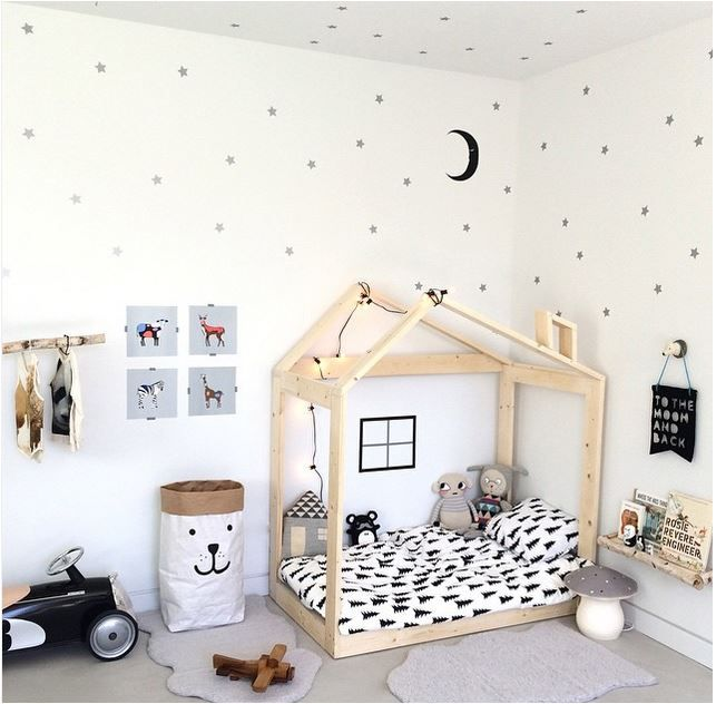 Who wouldn't want to stare up at the stars and the moon each night? Such a cute little kids room.