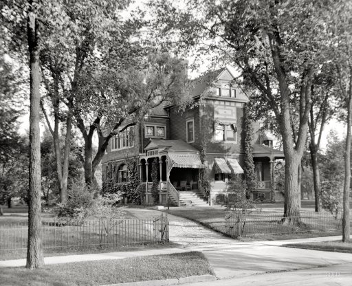 The Potter House in Saginaw Michigan 1907.  I love to look at old photos !