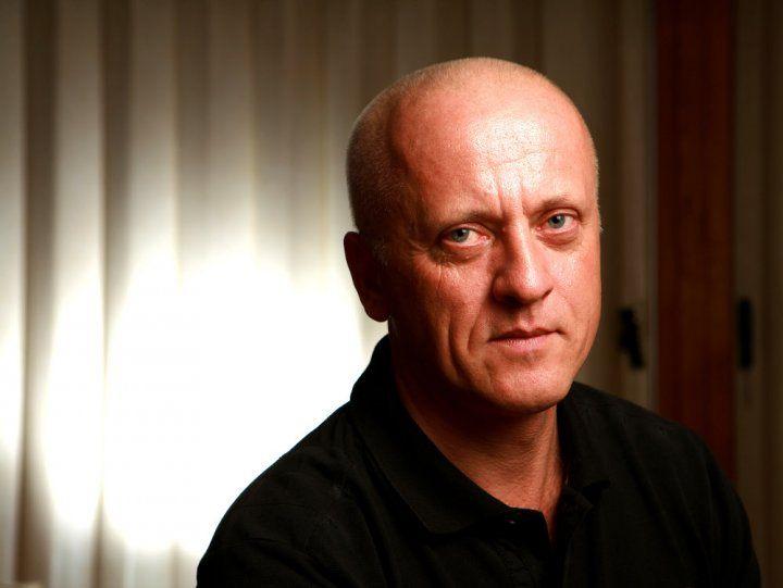 MUDr. Jan Hnízdil (* 1958) je známý český celostní a rehabilitační lékař, jeden z průkopníků české komplexní a psychosomatické medicíny a také autor a spoluautor celostně-medicínsky zaměřených odborných a popularizačních knih.
