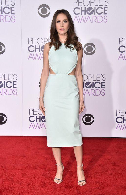 Alison Brie con un vestido midi con detalle cut out en verde mint de Cushnie Et Ochs más sandalias plata.