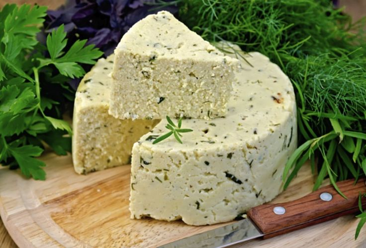 A finom sajtokat különféle ízesítőkkel, fűszerekkel még ízletesebbé tehetjük! Joghurtos házi sajt különféle ízesítőkkel Hozzávalók 1 l sovány tej, 2 dl tejpor, 2 tojás, 5 dl joghurt, 1 mokkáskanál só, ízesítésül őrölt zöld...