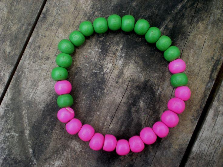 Pulsera elástica con cuentas de madera rosado verde por ArtesaMia, $6,60