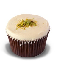 Pistachio & Rose: Pistachio & rose water cake with white chocolate buttercream #Ghermez #Cupcakes