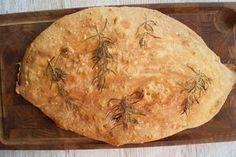 Italiensk brød med rosmarin og havsalt. Brødet er sprødt uden på og luftigt og lækkert indeni med masser af luftbobler. Se opskriften på italiensk brød her.