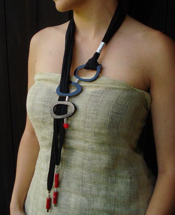 Collana lunga lariat, gioielli artigianali contemporanei, collana nera e rossa, gioielli tribali, collana di stoffa, collana regolabile,by Dendesign jewels