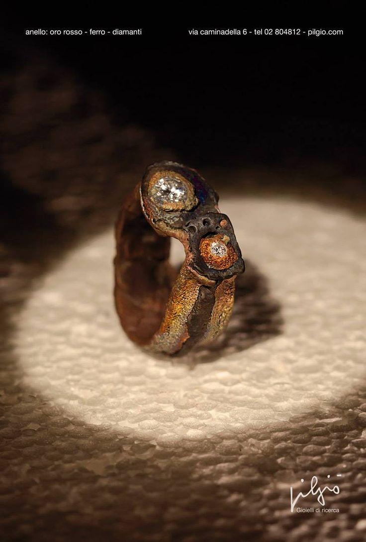 anello:oro - ferro - diamanti