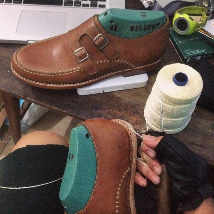 Diluar hujan..Dan saya sedang menyelesaikan sepasang sepatu ganteng.   Hari yang menyenangkan 😊  •  •  •  #leathershoes #leather #shoes #handmadeshoes #goodyearwelted #passion #goodyearconstruction #shoesconstruction #leathercraft #lovelyjob #instadaily #mbajuju