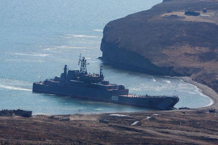 """""""Адмирал Невельской"""" в бухте Подкова,на упоре высаживает морской десант."""