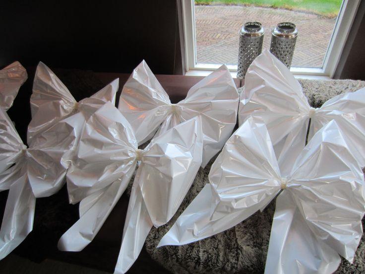 Mooie, betaalbare aankleding voor in de tuin: strikken van foliepapier. Idee van @Tjarda Hilverink.