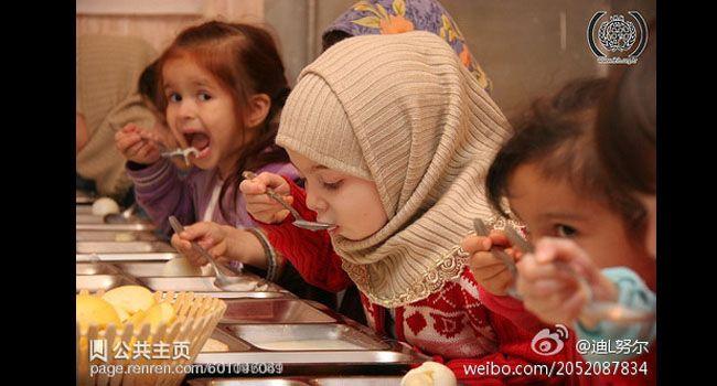 Vemale.com - Anak-anak perempuan ini terlihat menggemaskan saat memakai jilbab, manis dan cute.