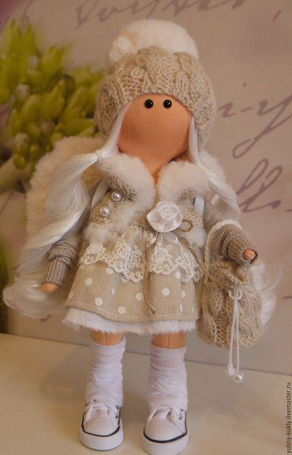Купить или заказать Текстильная куколка-малышка  зимний ангелочек в интернет-магазине на Ярмарке Мастеров. Текстильная куколка-малышка зимний ангелочек. Рост 30 см., стоит сама. Сшита из кукольного трикотажа. Волосы- кукольные трессы. Одета в льняное платье, отделанное кружевом. меховой жилет, вязаную шапочку. На ножках кукольные кеды. Крылышки съемные сшиты из меха.