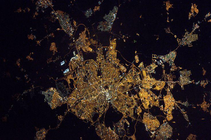 https://flic.kr/p/S6KVsg | Madrid | Good evening Madrid! The city where I had my first job seems just as vibrant from space as I remember it!  Buenas noches Madrid! La ville de ma 1ère expérience professionnelle semble aussi animée vue de l'espace que quand j'en parcourais les rues  Credits: ESA/NASA  133D0131