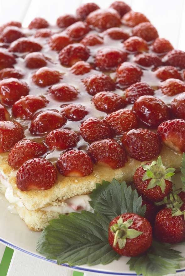 Strawberry cake with almonds/Mantelinen mansikkakakku