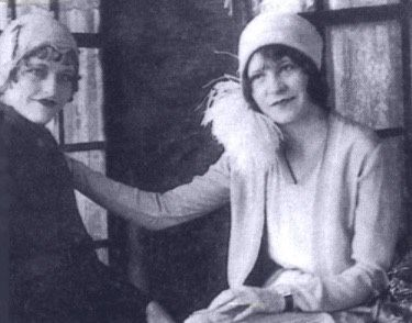 Bonnie Parker (left) and her sister Billie Jean (right)