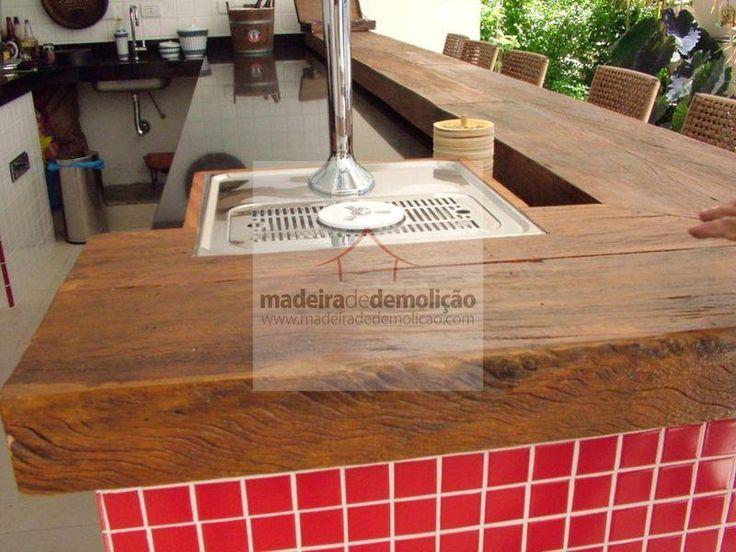 Bancada em madeira de demolição, combinação perfeita com o contraste do mosaico de vidro vermelho. Veja mais em [www.madeiradedemolicao.com]