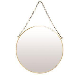 Bolina spejl fra House Doctor er et klassisk væg spejl med et moderne touch! Det har en handy størrelse og er lige så velegnet i badeværelset som i hallen eller over sminkebordet. Bolina har en elegant rund form og en kæde, der gør det nemt at hænge spejlet på væggen. Vælg mellem forskellige varianter.