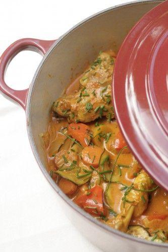 Les plats qui mijotent longuement dans une grosse cocotte en fonte sont plutôt l'apanage de la saison hivernale, on est d'accord. Mais je trouve dommage de laisser la cocotte prendre la poussière la m