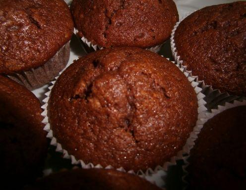 Für die Schoko-Muffins das Backrohr auf 200 °C vorheizen. Trockene Zutaten vermengen. Eier und Milch verquirlen. Ei-Milchgemisch langsam zur