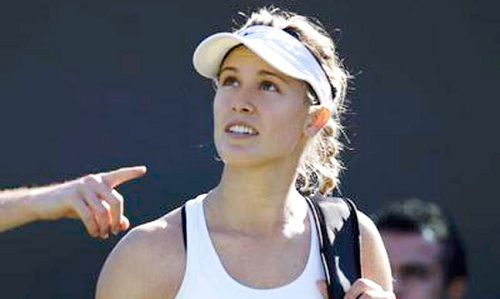 Eugenie Bouchard Questions the Colors of Wimbledon Towel - http://www.tsmplug.com/tennis/54510/