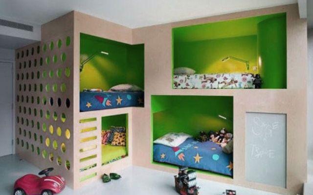 ¿Qué hacer con los dormitorios infantiles cuando tenemos 3, 4 niños ó todo un regimiento? Obviamente no hay presupuesto que aguante una mansión con dormitorios diferentes para cada hijo, así que toca compartir. En literas, en camas alineadas, en estructuras de cubículos, con escaleras por el medio o en los laterales… Cualquier idea para aprovechar …