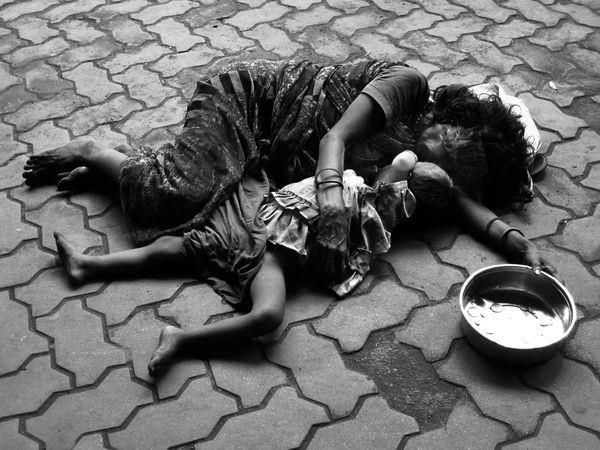 The Eyes of Children around the World Photograph by Pritha Guha Majumdar Sadly, this photograph portrays a daily scene from the streets of Kolkata, India. — at El Mundo.