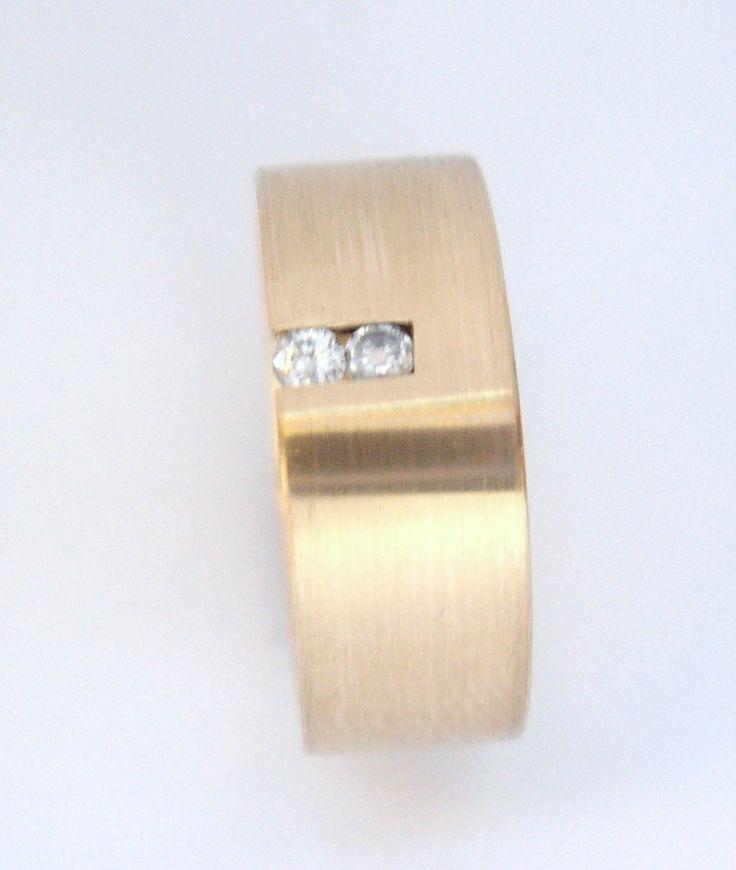 Argolla personalizada  con 2 diamantes en oro amarillo  de 18k  Joyas Marcel JOYAS MARCEL Duran Joyeros, Bogotá.  #duranjoyerosbogota #joyeria #hermosasjoyas  #solitariosdecompromiso #diamante #compracolombiano #hechoamano #Colombia