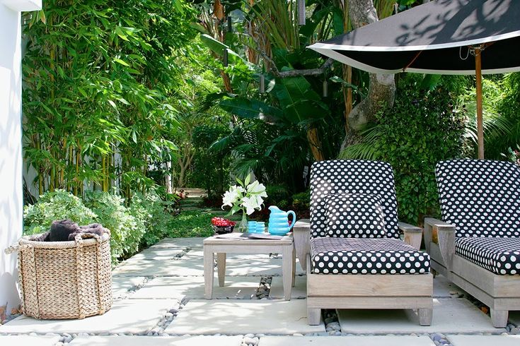 polkadotsLounges Chairs, Polka Dots, Gardens Patios, Outdoor Living Spaces,  Terraces, Black White, Luxury Outdoor Living, Outdoor Spaces, Outdoor Area