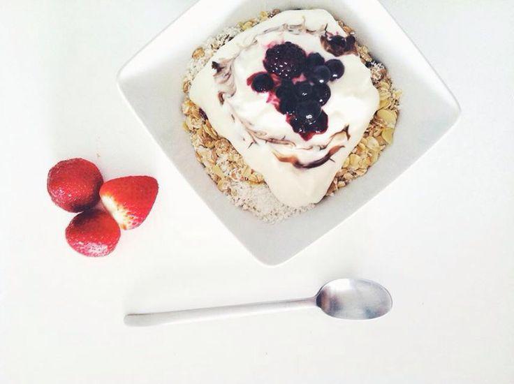Blueberries yogurt oats