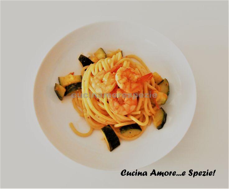 Gli spaghetti alla chitarra zucchine e gamberetti sono un primo piatto veloce, leggero ma dal sapore delizioso, perfetto per pranzo o per cena.