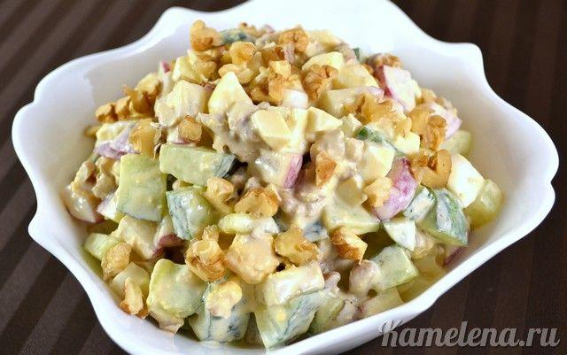 Салат из редиса, огурцов, орехов