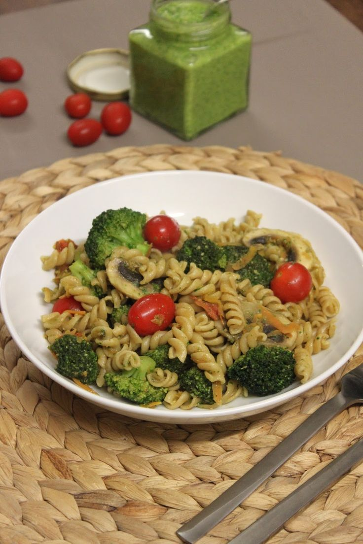 Fusilli integral com vegetais e pesto de rúcula [Whole wheat fusilli with vegetables and arugula pesto] | Petiscana