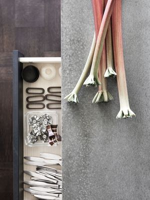 Stilrent kök med trälåda och betong bänkskiva från Ballingslöv. Köksluckan Bistro i färgen Ask brunbets - Åsa Dyberg   Ballingslöv