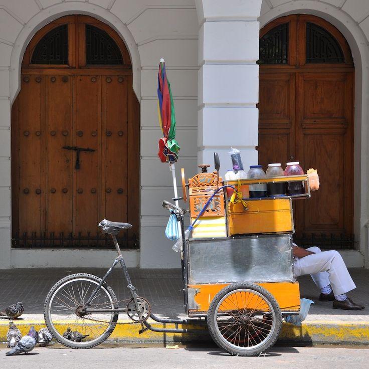 Le repos du marchand à l'ombre des arcades. Carthagène. Colombie.
